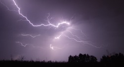 Un orage illumine le ciel
