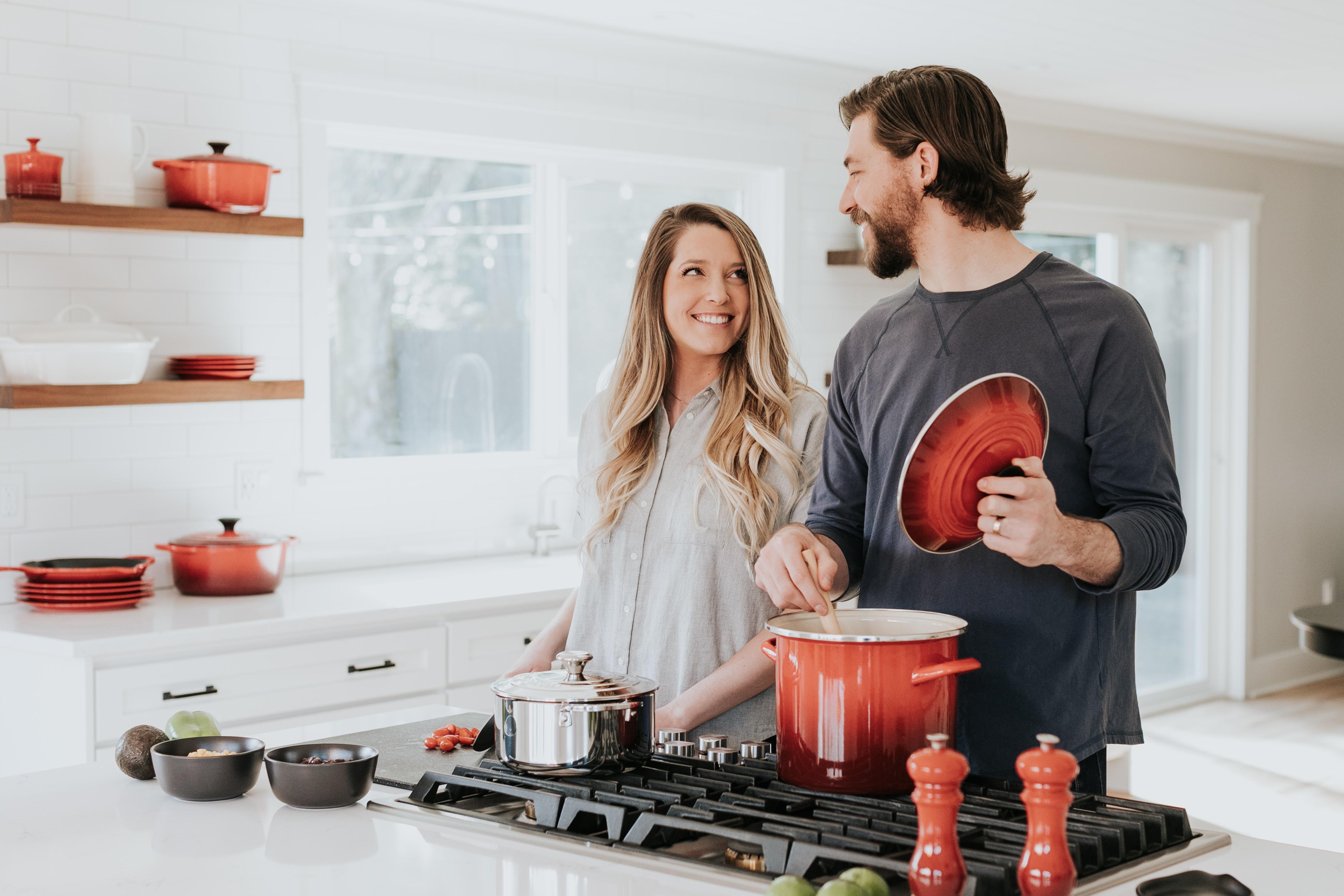 Un couple cuisine dans la bonne humeur grâce au gaz naturel