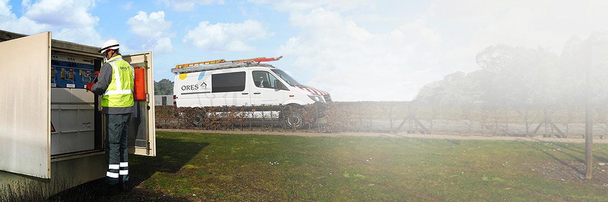 une camionnette ORES est garée près d'une cabine moyenne tension