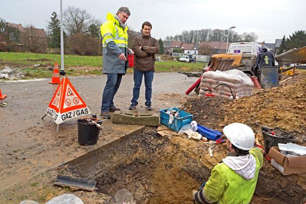 trois hommes en train de travailler dans un trou pour des travaux gaz