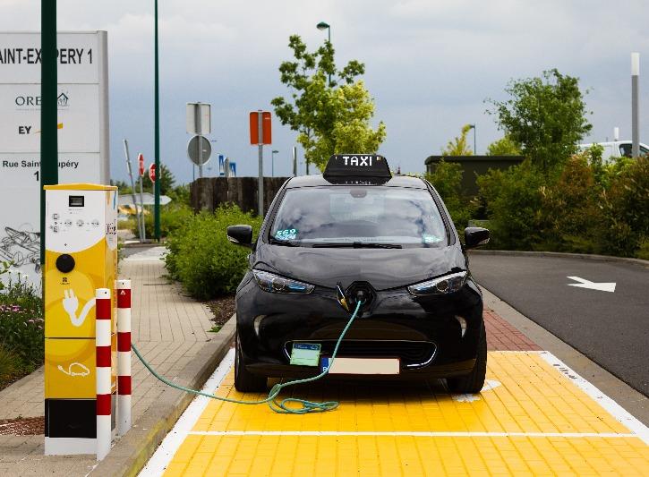 Une voiture est en train de se recharger en utilisant une borne de rechargement électrique ORES