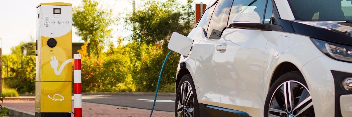 Une voiture électrique en train de se recharger à une borne électrique ORES