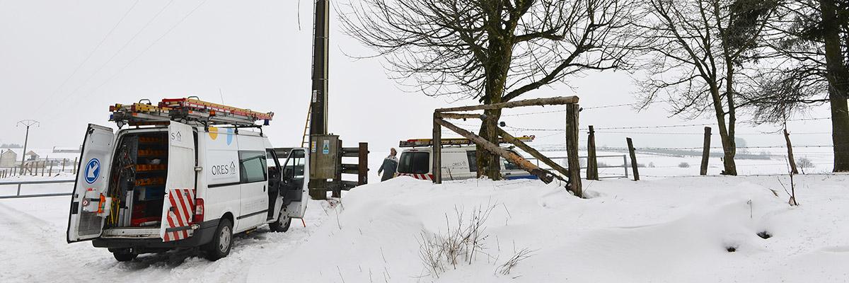 une camionnette ORES au milieu de la neige