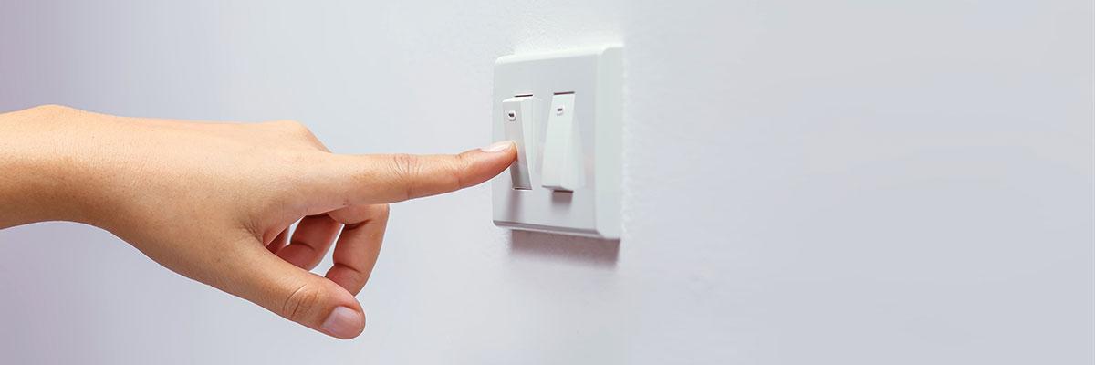 une main appuie sur un interrupteur