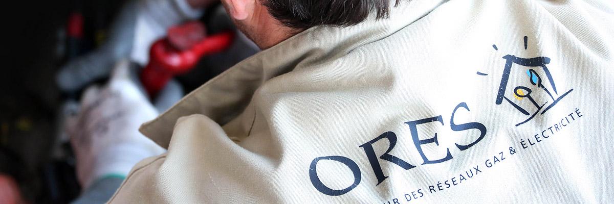 Gros plan sur le dos de la veste d'un collaborateur ORES logo ORES