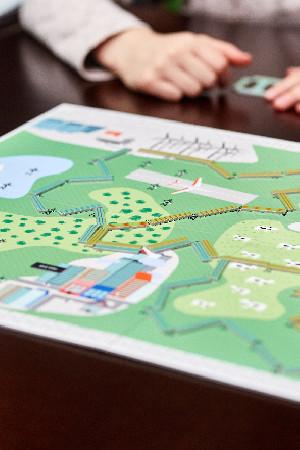 enfants jouent avec le plateau de jeu Electricity Elia