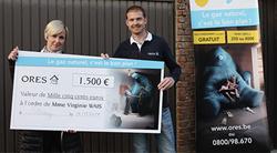 Remise d'un chèque de 1.500 €à la gagnate du concours gaz naturel d'ORES