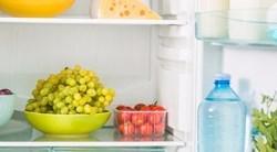 Vue sur l'intérieur d'un frigo, réfrigérateur ouvert