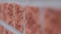 vue très rapprochée sur les briques d'une façade