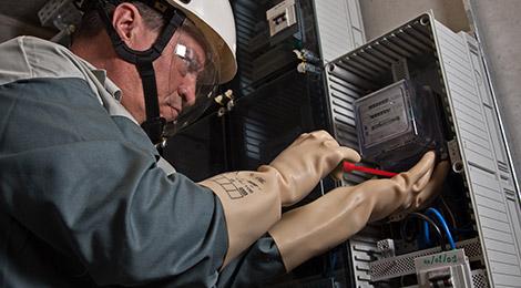 un technicien ORES en train de travailler sur un compteur