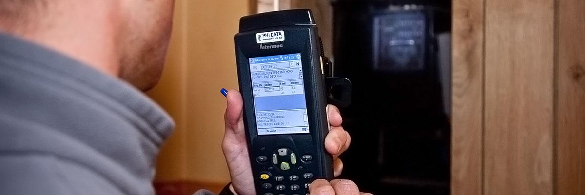 un collaborateur ORES en train de relever l'index du compteur électrique chez un client