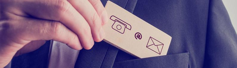 un homme sort une carte de visite de sa poche avec un téléphone et un mail
