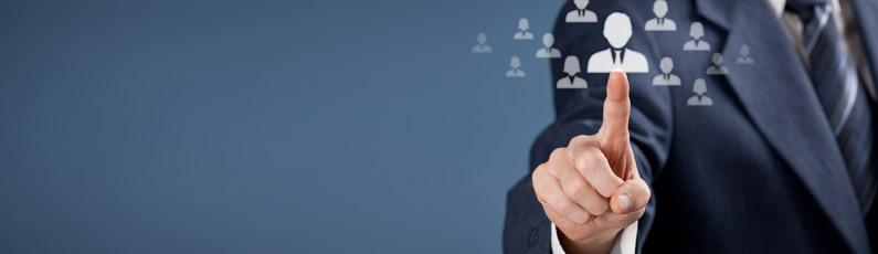 un homme en costume appuie sur un icône représentant un candidat potentiel